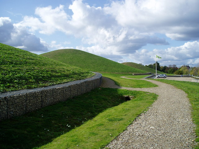 Northala Fields showing the two minor northern mounds.