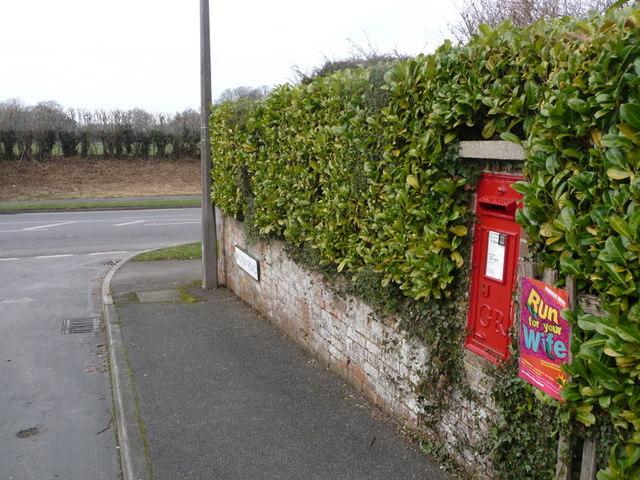 Wimborne Minster: postbox № BH21 64, Milton Road