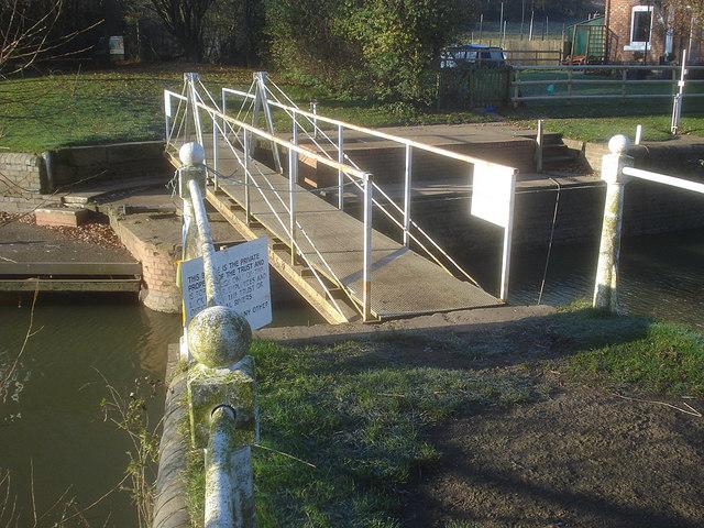 Strensham Lock swing bridge - 2