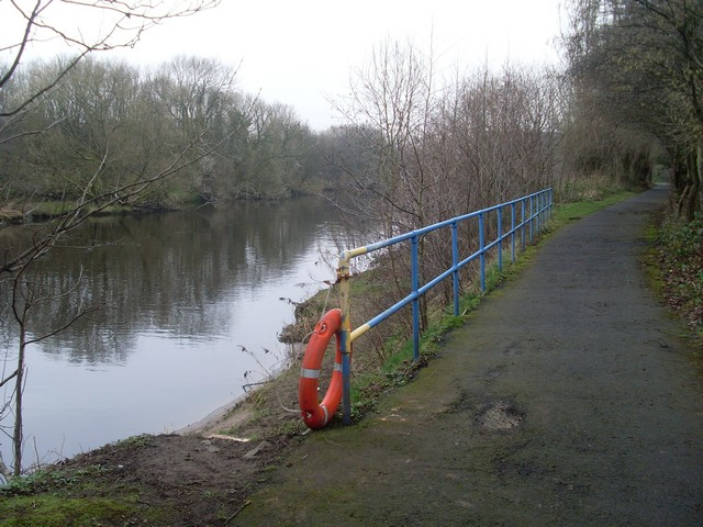 Fenced-off embankment by the Clyde Walkway