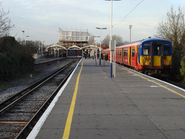 Hampton Court railway station, platforms