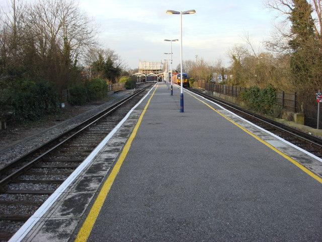 Hampton Court railway station, platforms