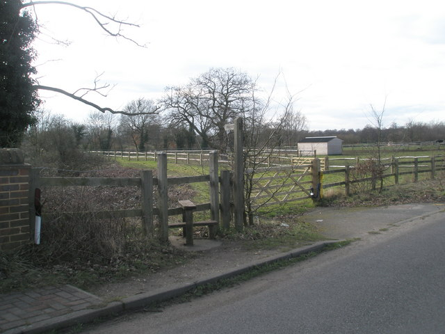 Footpath to Pyrford Lock from Wisley Lane