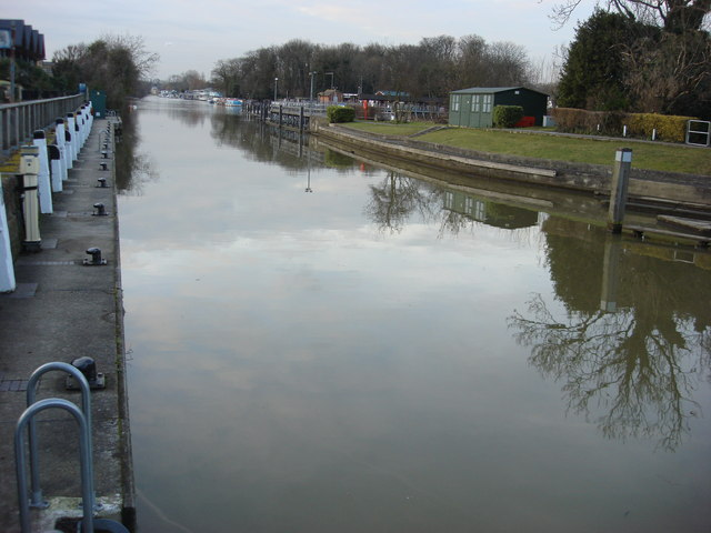River Thames approaching Molesey Lock