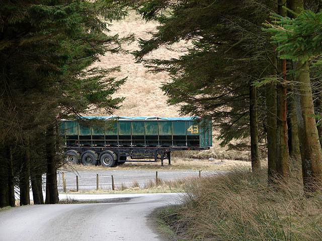 Disused articulated trailer near Pont Cefn-brwyn