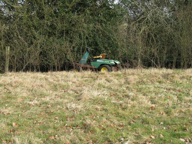 Abandoned vehicle near Frith's Farm