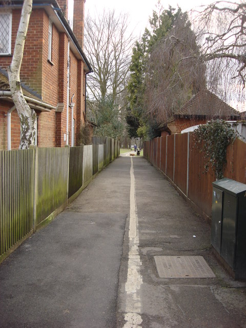 Alley between Parkside Drive and Cassiobury Park