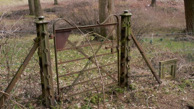 Disused gate into the grounds of High Barn