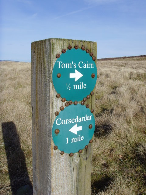 Close-up of waymarker on Tom's Cairn footpath