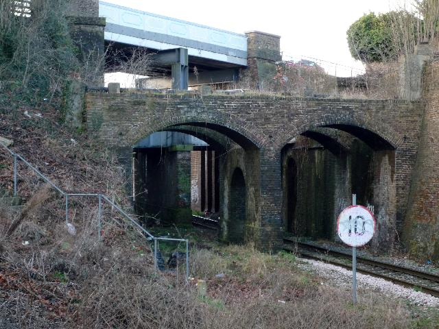 Buttresses for the embankment of the Three Bridges