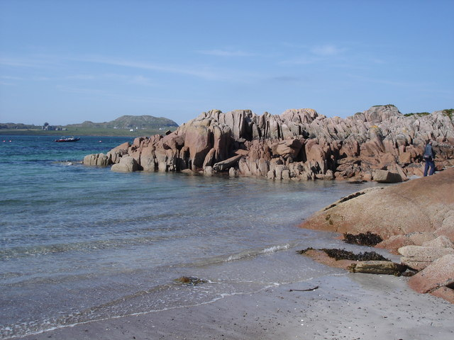 Fionnphort - rocks by the beach
