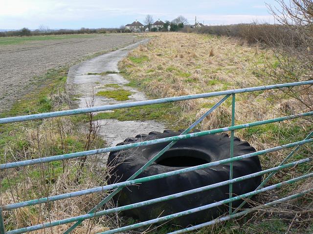 Concrete track, near Bupton Hill Farm, Clyffe Pypard