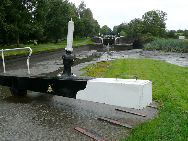 Above Hatton Lock No 43 is an empty pound