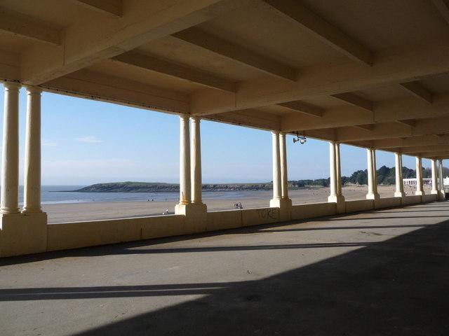 Barry Island: the bay between columns