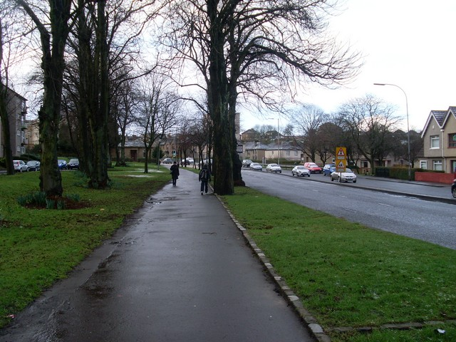 Tree-lined pavement by Berryknowes Road