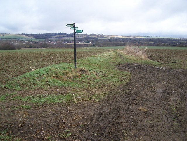 Footpath crossroads near Fairbourne Manor Farm