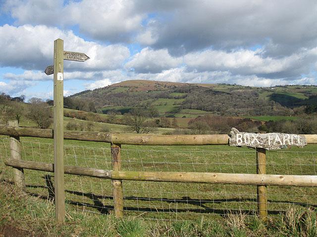 Fingerpost near the entrance to Box Farm