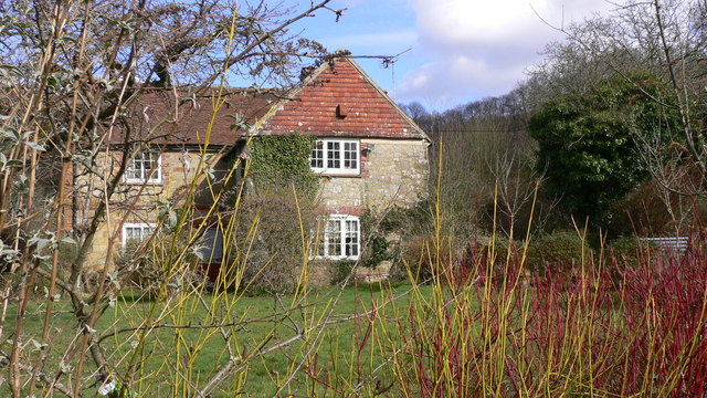 Cottage at Robins Farm seen from Robins Lane bridleway