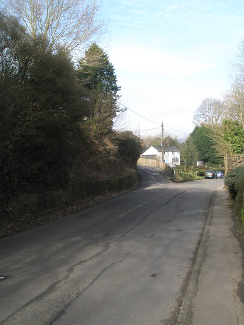 Looking along the Farnham Road towards the fork with School Lane