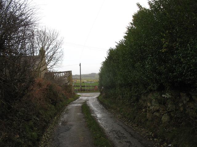 Approaching Pen-y-lon crossroads from the direction of Penygraigwen