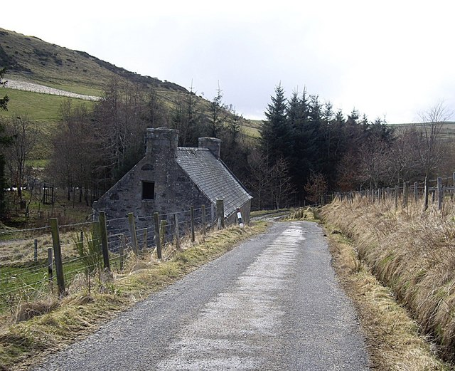 Road down to Mill of Lynebain