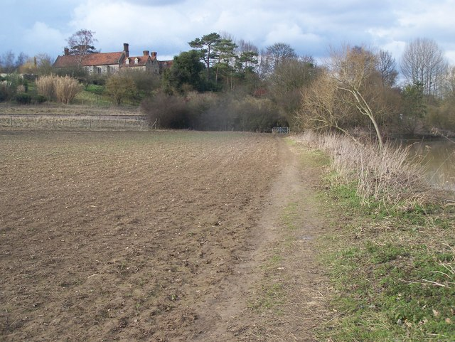 Medway Valley Walk, leads to Nettlestead Place