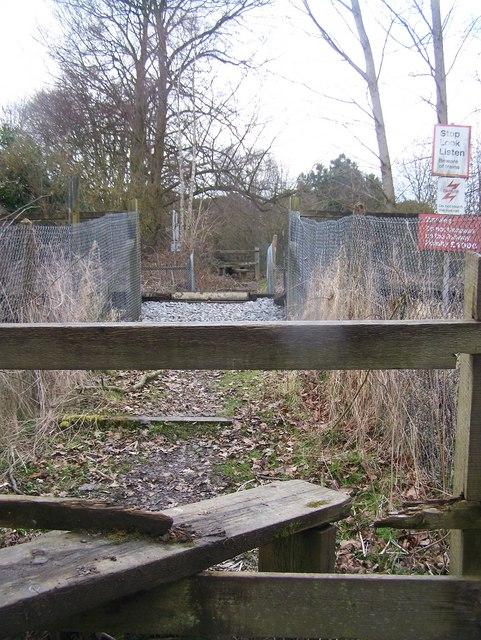 Footpath level crossing near Nettlestead Place