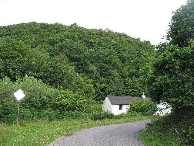 Cottage beneath Tor Luinngeanach