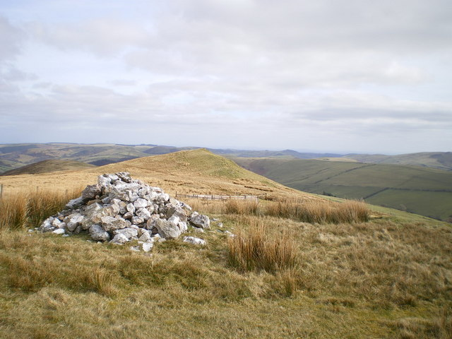 Cairn and small hill above Pen-cae-newydd