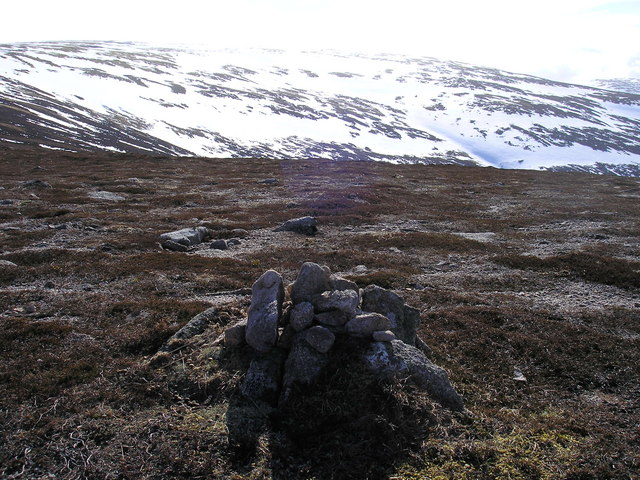 The small cairn on the 810m contour