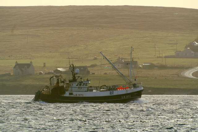LK 371 Defiant passing through Bluemull Sound