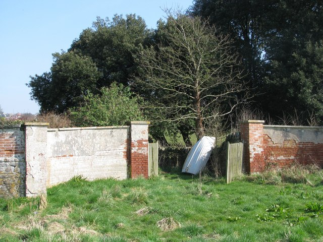 Disused estate gateway below Courtlands