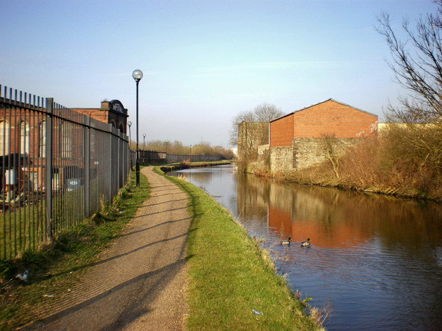 Leeds and Liverpool Canal as it passes the Imperial Mill