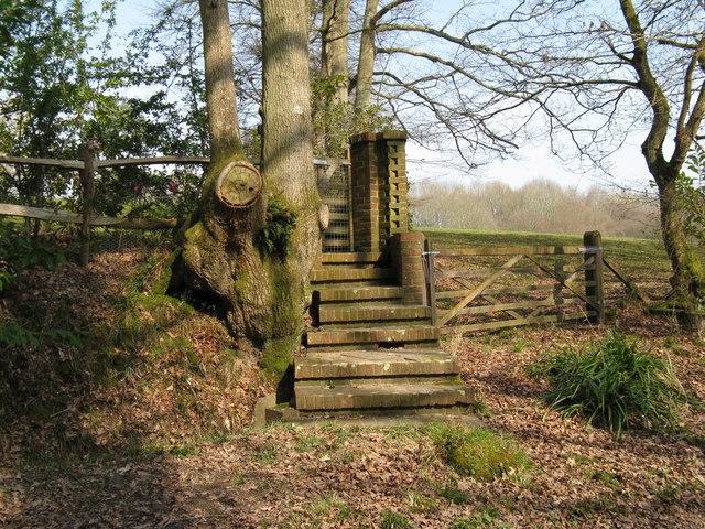 Decorative back gate on unknown property near Round Copse