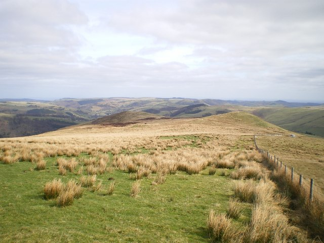 Eastwards along the ridge above Pen-cae-newydd