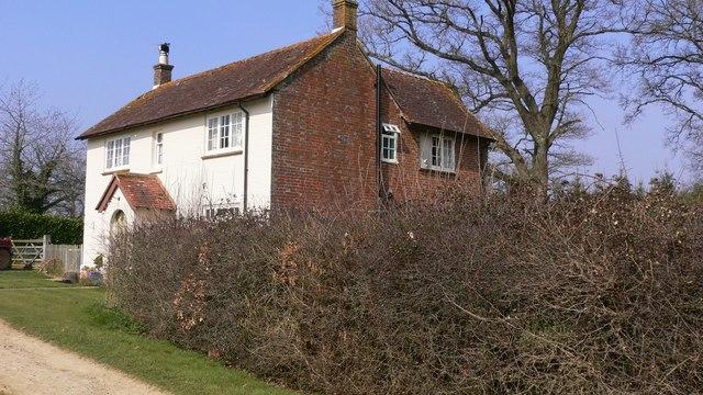Cottage on footpath near Benefold Copse