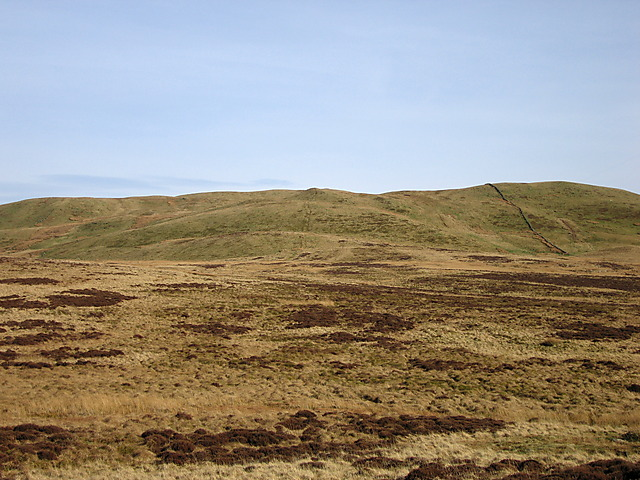 Boggy ridge between y Bryn and Garn Gron