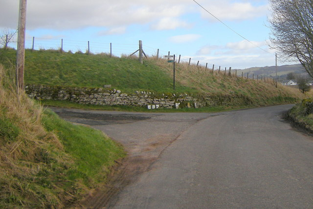 Glen Ogil / Tannadice Road at its junction with the road leading to Broom Farm