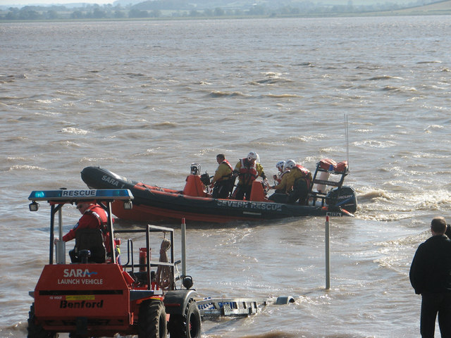 Launching the SARA lifeboat from Beachley slip