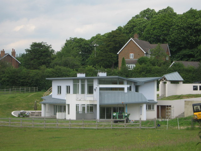 Modern house on skeet hill david anstiss cc by sa 2 0 for Modern house on hill