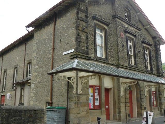 Victoria Theatre on Kirkgate Settle