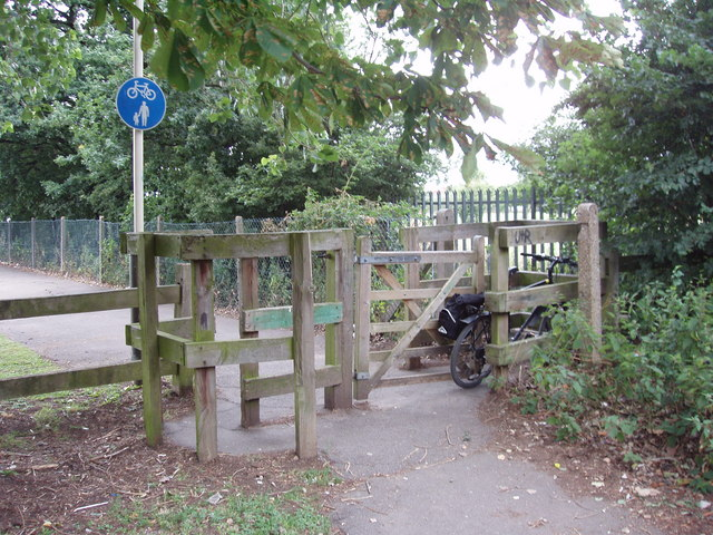 Difficult entrance to cycle path at Rectory Fields