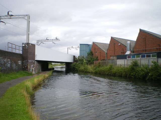 Railway bridge across the canal at Heath Town