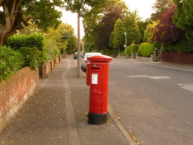 Parkstone: postbox № BH14 128, King's Avenue