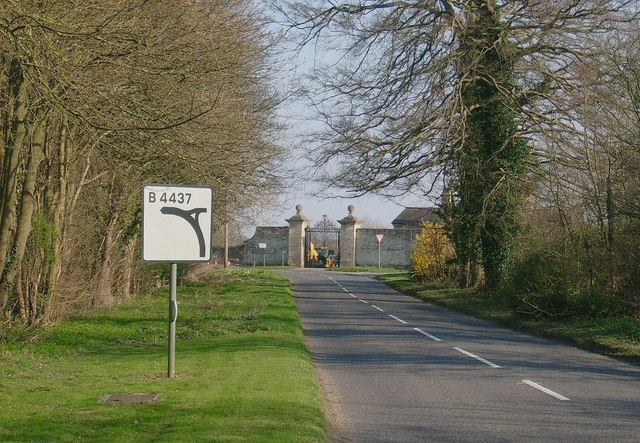 On approach to Ditchley Gate (B4437)