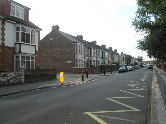 Approaching the junction  of Mayfield Road and Lyndhurst Road