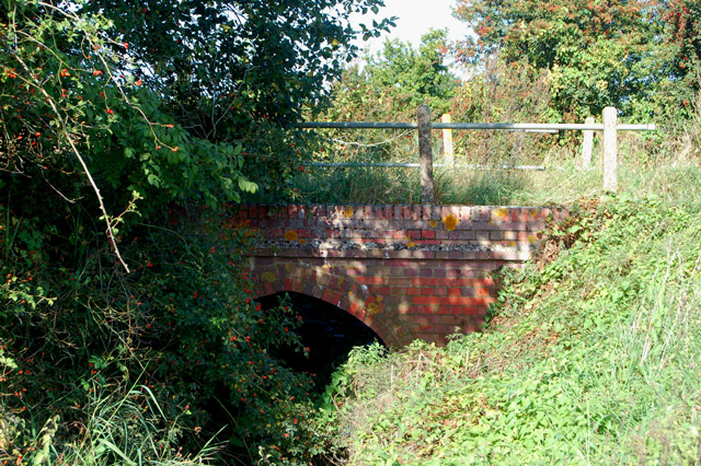 Bridge carrying Grandborough Fields Road over Milholme Brook