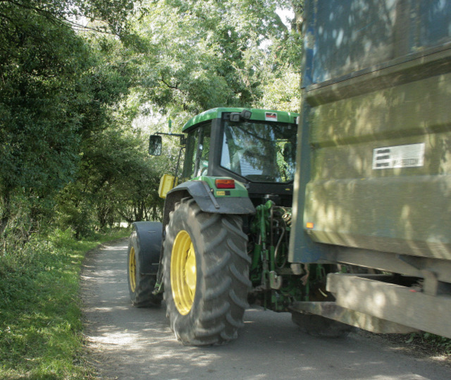 2009 : Tractor and trailer on Yellingmill Lane