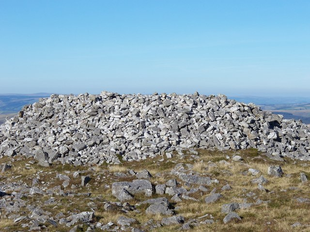 Giant cairn on Garreg Las