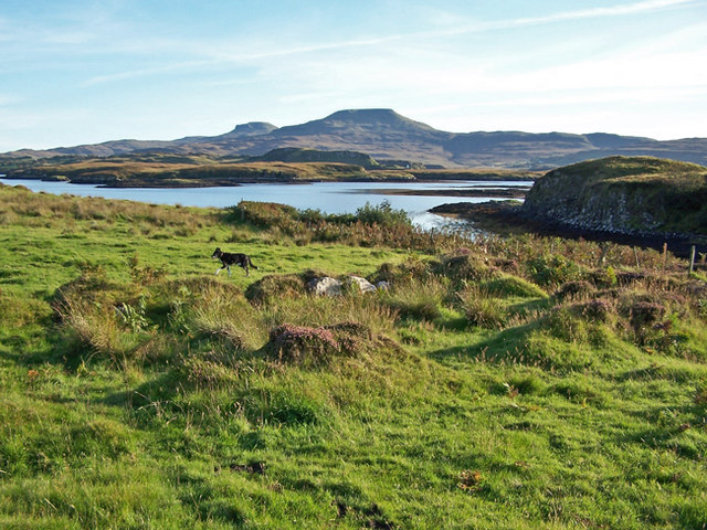 Building remains by Loch Dunvegan
